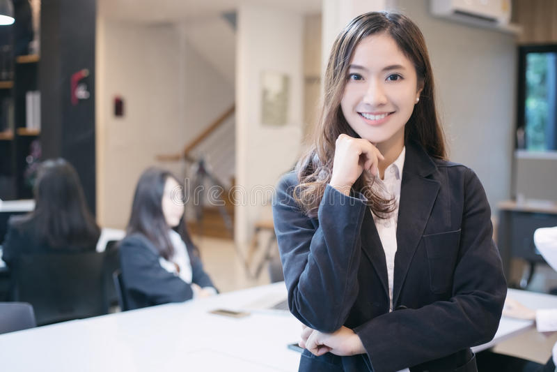 Asiatische Geschäftsfrauen und Gruppe unter Verwendung des Notizbuches für das Treffen und die BU stockfoto
