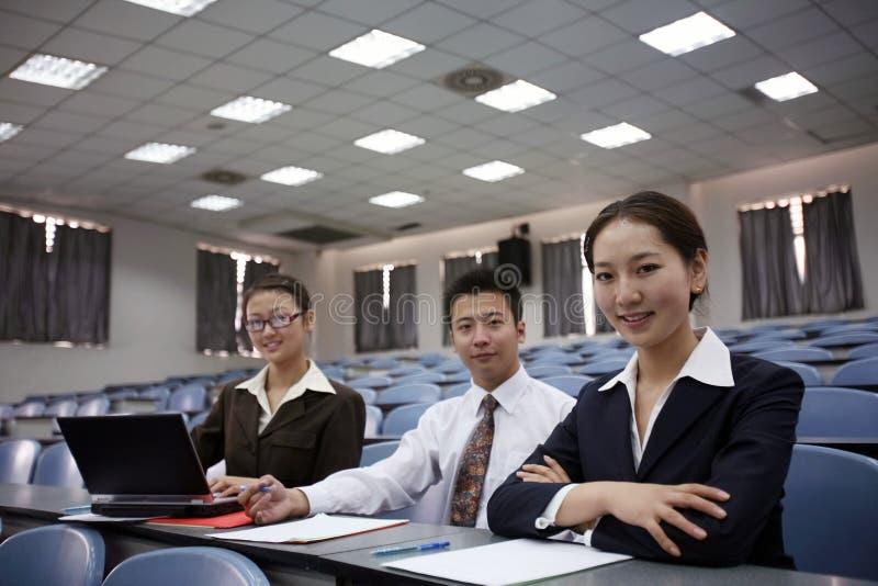 Asiatische Geschäftsleute lizenzfreie stockfotos