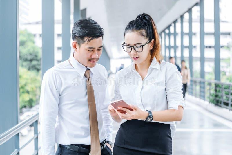 Asiatische Geschäftsleute, die digitale Tablette a im Freien treffen und verwenden stockbilder