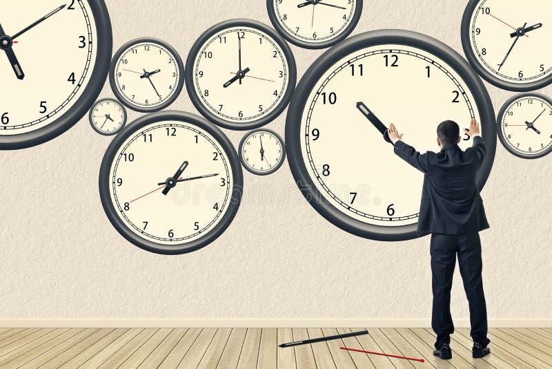 Asiatische Geschäftsreparatur die Uhr stockbild