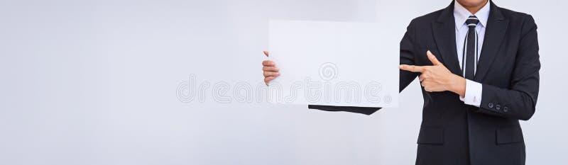 Asiatische Gesch?ftsfrau, die eine leere wei?e Karte h?lt lizenzfreies stockbild