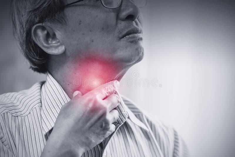 Asiatische Halsschmerzenirritation alter Mann des Ältesten lizenzfreie stockfotografie