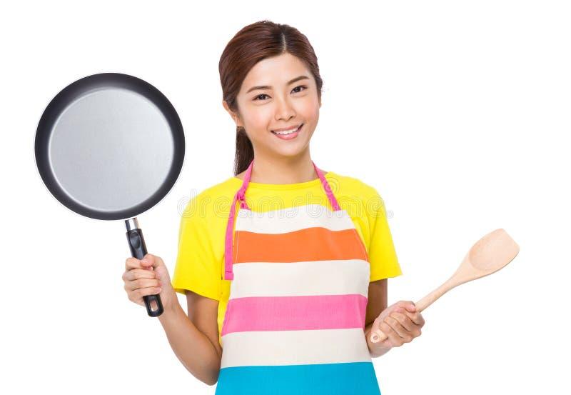 Asiatische Hausfrau mit dem Kochen des Werkzeugs lizenzfreie stockfotos
