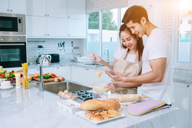 Asiatische jugendlich Paare helfen, Abendessen zu machen lizenzfreies stockfoto