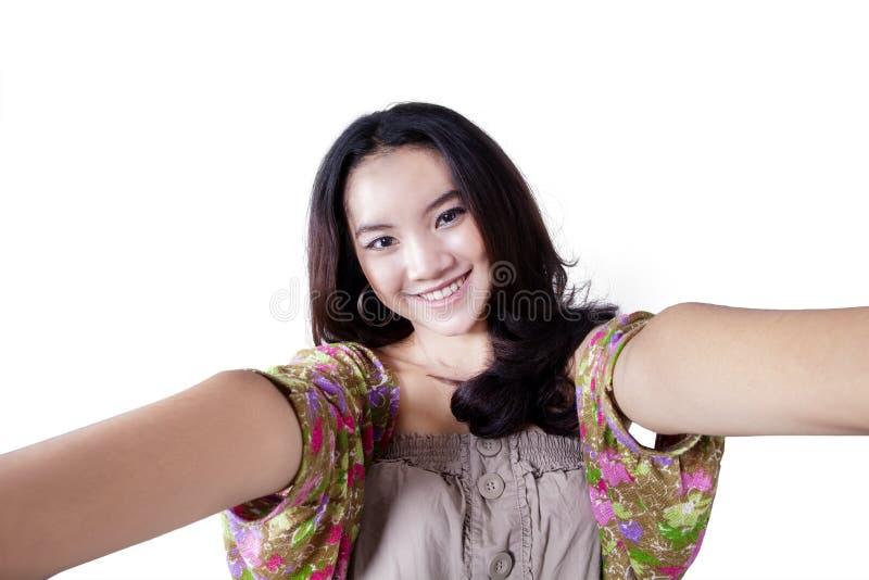 Asiatische Jugendliche, die Selbstfoto macht lizenzfreies stockfoto