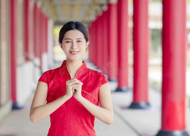 Asiatische junge Frau in alten traditionellen chinesischen Kleider im Tempel stockfoto