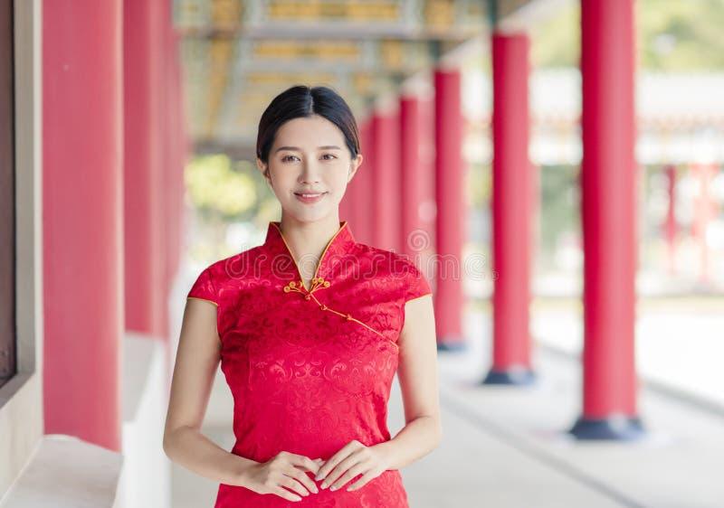 Asiatische junge Frau in alten traditionellen chinesischen Kleider im Tempel lizenzfreie stockfotos