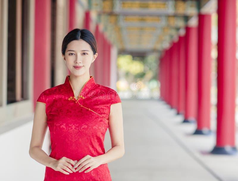 Asiatische junge Frau in alten traditionellen chinesischen Kleider im Tempel lizenzfreie stockbilder