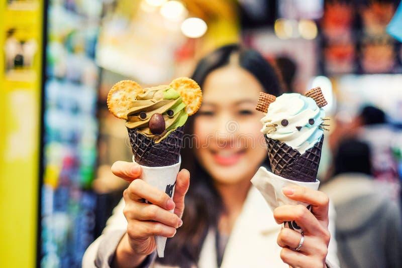Asiatische junge Frau, die Straßenlebensmittel in Hong Kong isst lizenzfreie stockfotos