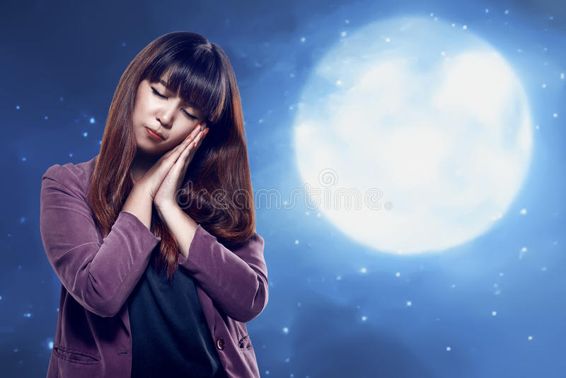 Asiatische junge Frau mit schläfriger Geste lizenzfreie stockfotografie
