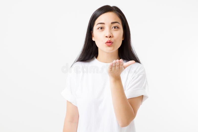Asiatische junge Frau senden Luftkuß Valentinstag und Liebeskonzept Mädchen im T-Shirt auf lokalisiertem weißem leerem Schablonen lizenzfreies stockbild