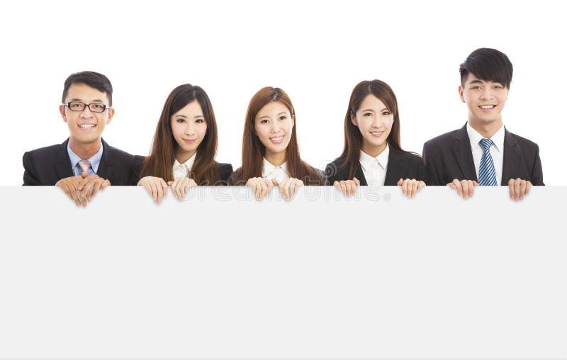 Asiatische junge Geschäftsleute, die weißes Brett halten lizenzfreies stockfoto