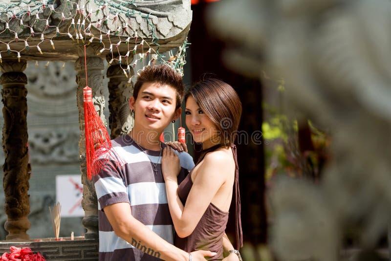 Asiatische junge Paare, welche die Ansicht genießen stockfoto