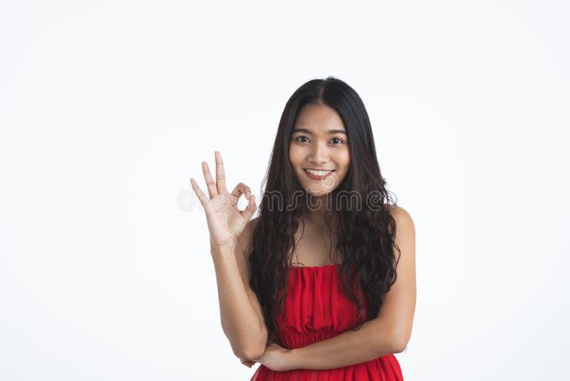Asiatische junge schöne Dame im roten Kleid stockbild
