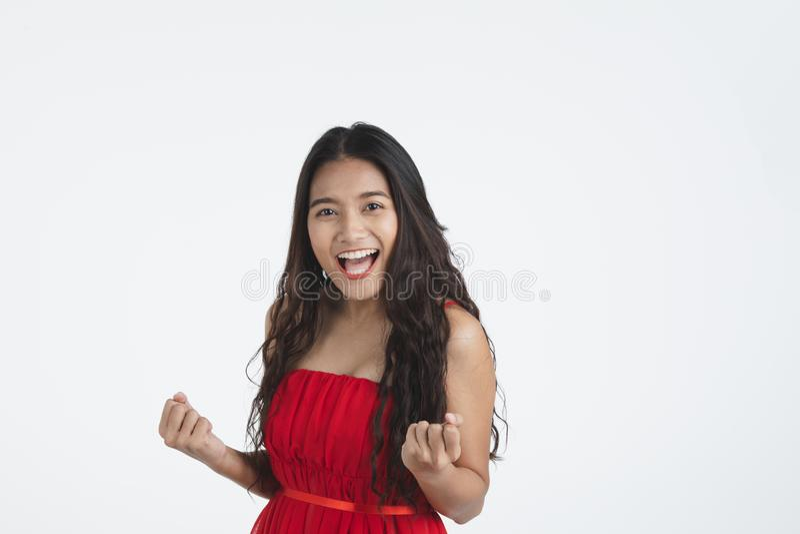 Asiatische junge schöne Dame im roten Kleid stockbilder