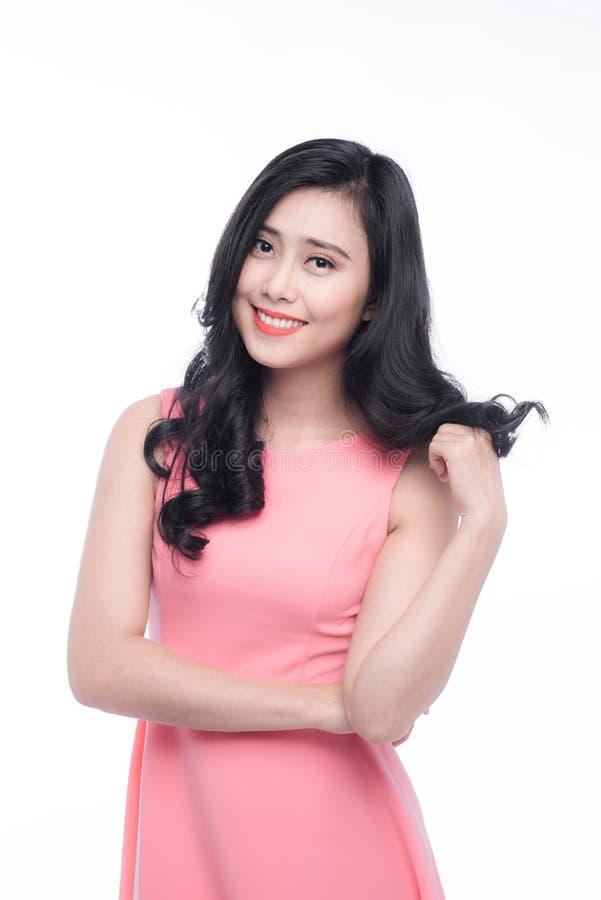 Asiatische junge Schönheit mit dem langen schwarzen Haar in rosa Kleid s stockfotos