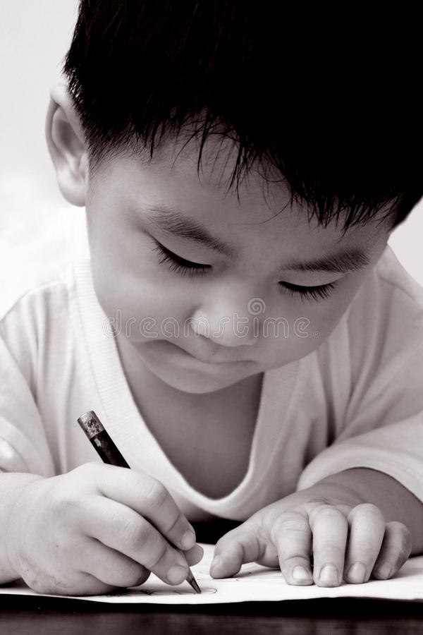 Asiatische Jungenzeichnung auf Papier stockfoto