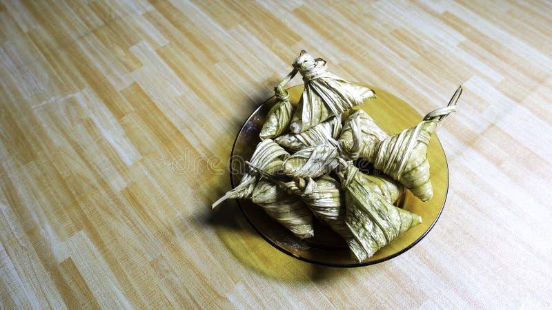 Asiatische Küche ketupat palas oder verpackter Reis lizenzfreies stockbild