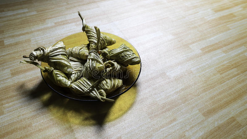 Asiatische Küche ketupat palas oder verpackter Reis lizenzfreies stockfoto