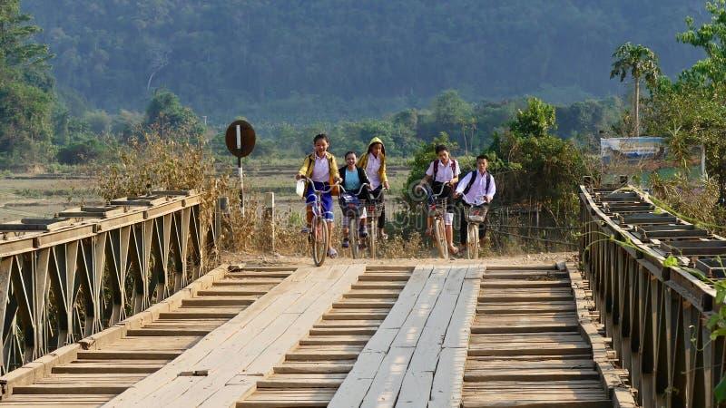Asiatische Kinder auf dem Weg zur Schule lizenzfreie stockbilder