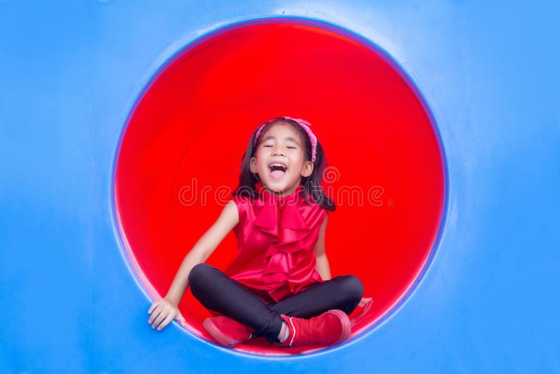 Asiatische Kinder des glücklichen Lächelns auf Kreis Plastik-tennel Spielparks lizenzfreies stockbild