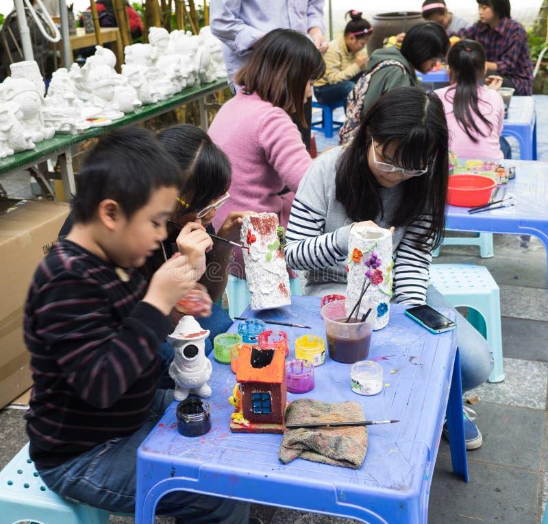 Asiatische Kinder, die mit Spielwaren auf einem Spielplatz spielen stockbilder