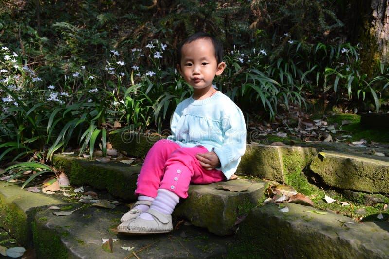 Asiatische Kinder genießen Sonnenschein stockfotos