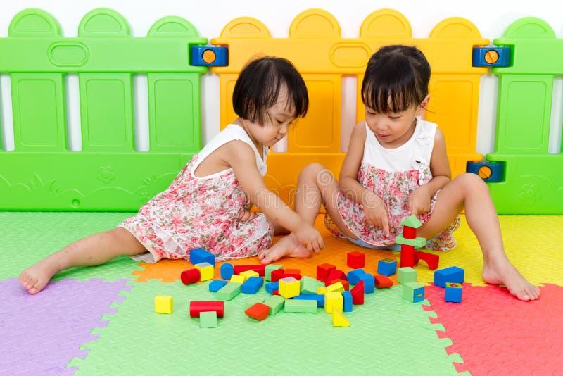 Asiatische kleine chinesische Mädchen, die Holzklötze spielen stockbild