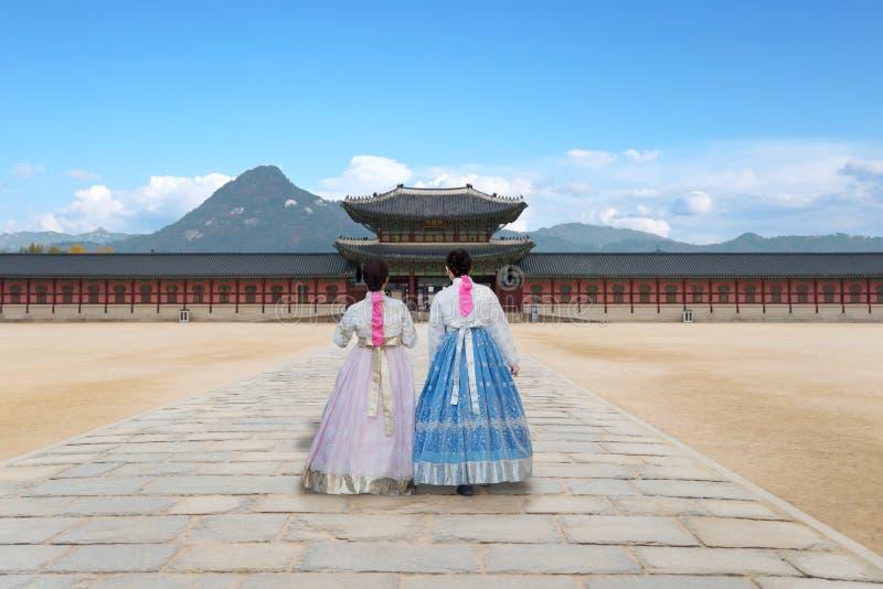 Asiatische koreanische Frau kleidete Hanbok in Trachtenkleid gehendes i stockbild