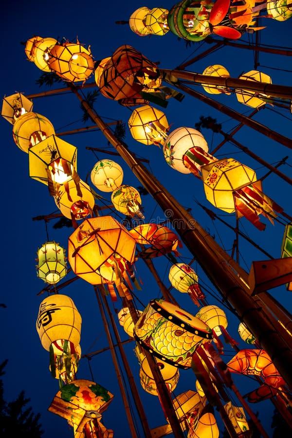 Asiatische Laternen an einem buddhistischen Tempel nachts lizenzfreie stockfotos