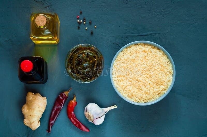 Asiatische Lebensmittelinhaltsstoffe, Gewürze und Soßen auf einem hellpurpurnen Hintergrund Das Konzept des populärsten chinesisc lizenzfreies stockbild