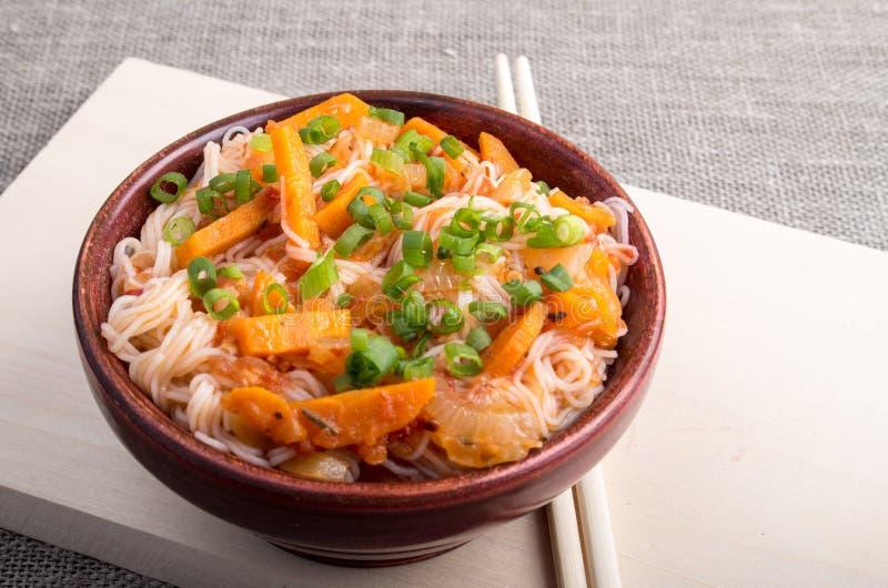 Asiatische Lebensmittelnahaufnahme der Reisnudel in einer hölzernen Schüssel stockbilder