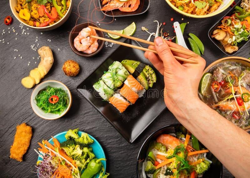 Asiatische Lebensmitteltabelle mit verschiedener Art des chinesischen Lebensmittels lizenzfreies stockbild