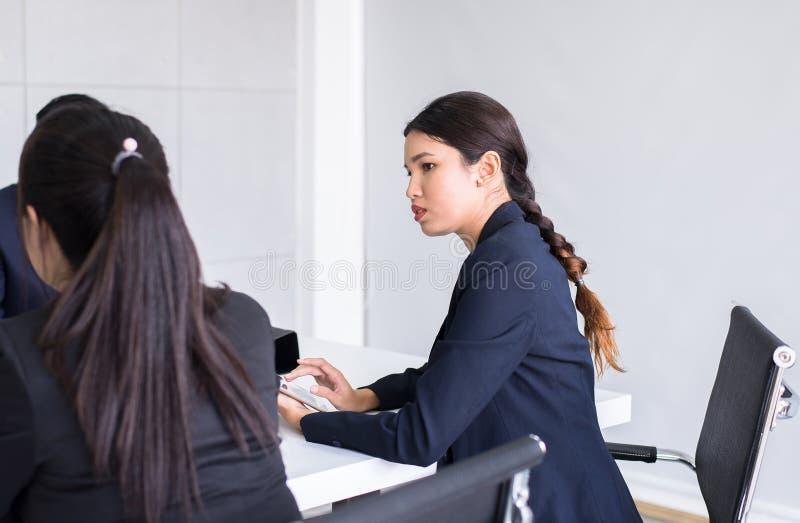 Asiatische Leute des Geschäfts, die das labtop sich bespricht während zusammen sich treffen im Konferenzsaal verwenden lizenzfreie stockfotografie