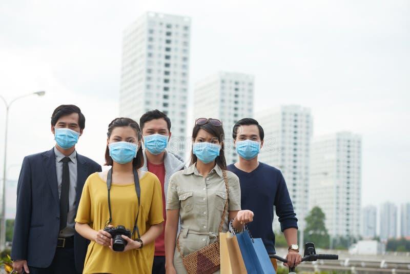 Asiatische Leute, die unter Smog leiden stockfoto