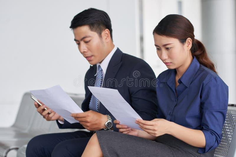 Asiatische Leute im Flughafen-Wartebereich stockbilder