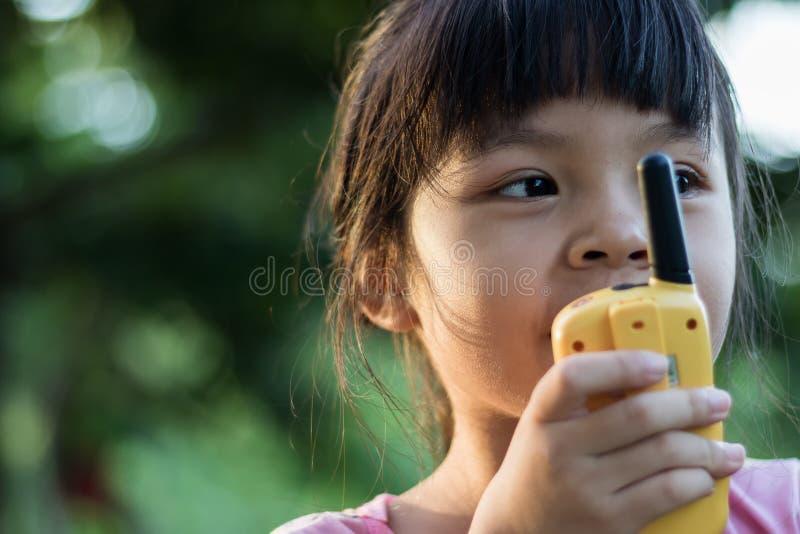 Asiatische Mädchen, die Radio spielen stockfoto