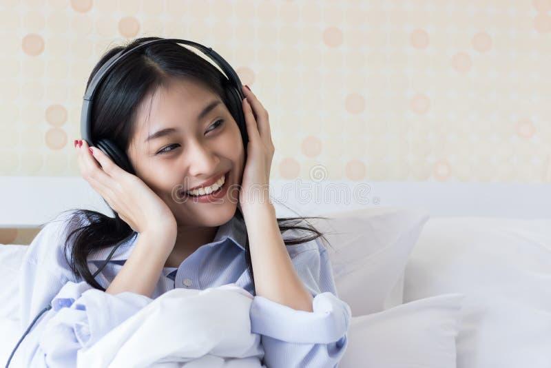 Asiatische Mädchen sind hörende Musik lizenzfreie stockfotos