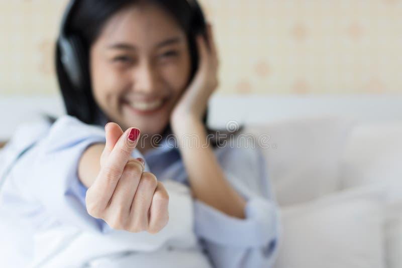 Asiatische Mädchen sind hörende Musik stockfotos
