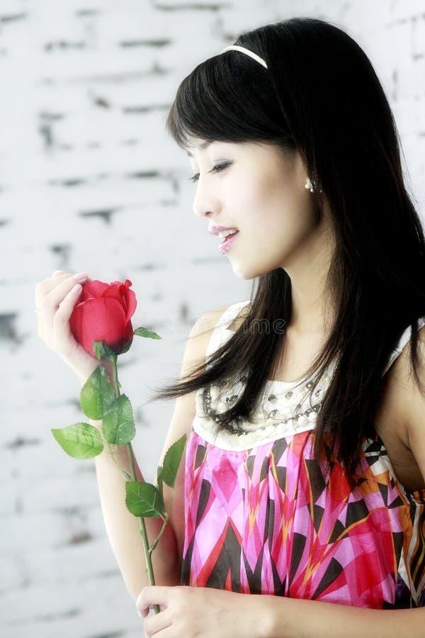 Asiatische Mädchen und Rosen. lizenzfreie stockfotografie