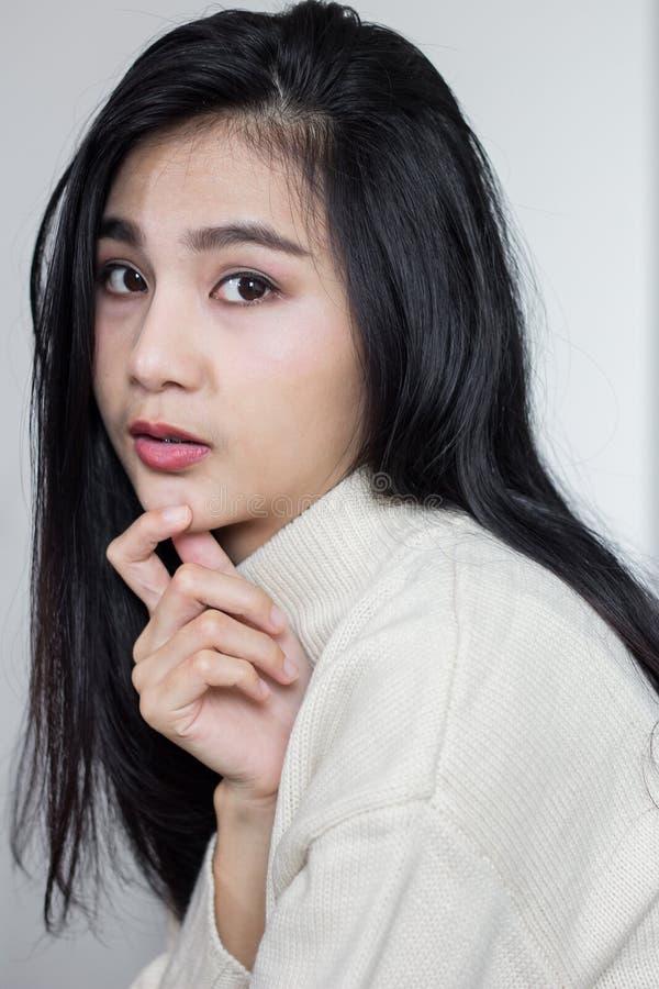 Asiatische Mädchenhaltungen behandeln ihr Kinn lizenzfreies stockbild