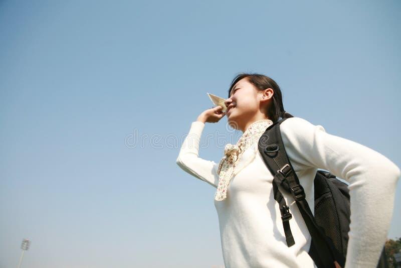 Asiatische Mädchenholding-Papierflugzeuge stockbilder