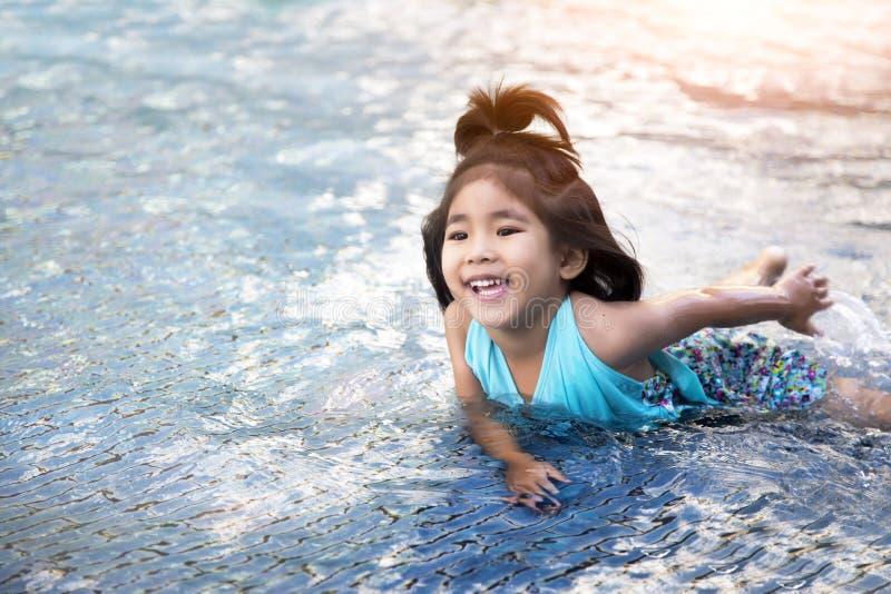 Asiatische Mädchenliebesschwimmen lizenzfreie stockbilder