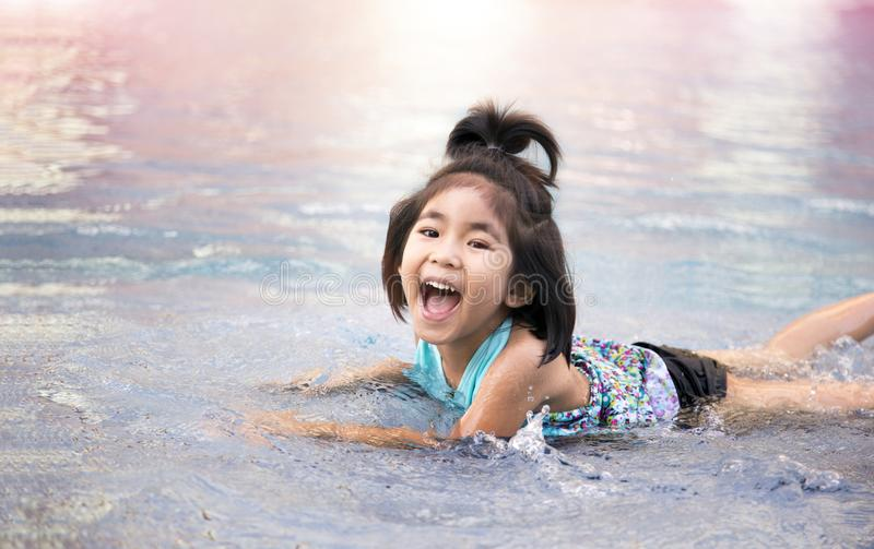 Asiatische Mädchenliebesschwimmen stockbilder