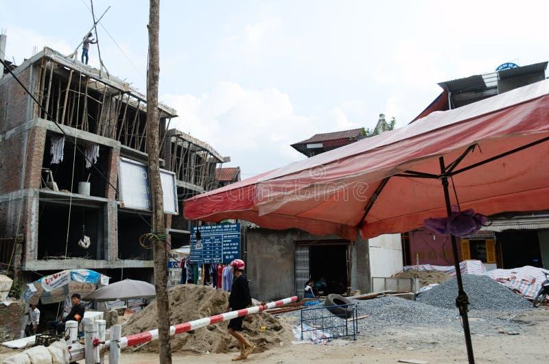 Asiatische Männer auf Baustelle Backsteinbau mit hölzernem Baugerüst lizenzfreie stockbilder