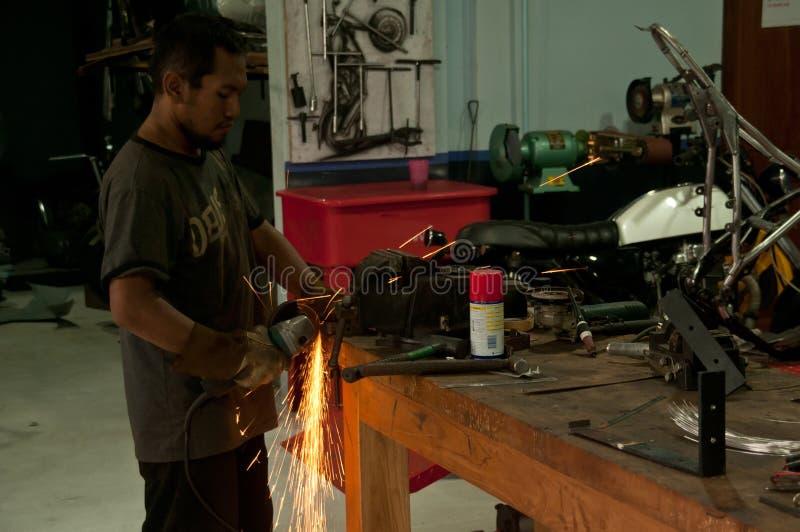 Asiatische Männer an reibendem Stahl der Arbeit lizenzfreies stockfoto