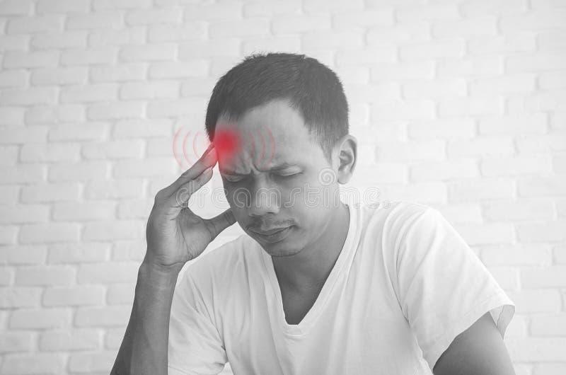 Asiatische M?nner f?hlen sich nicht mit den Schmerz wohl stockfotografie