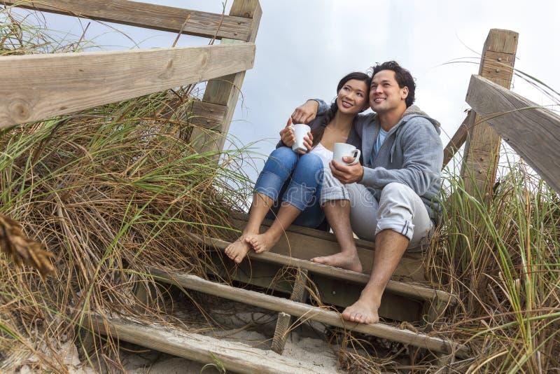 Asiatische Mann-Frauen-romantische Paare auf Strand-Schritten stockbilder
