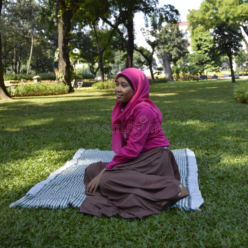 Asiatische moslemische Frau am Park stockbild