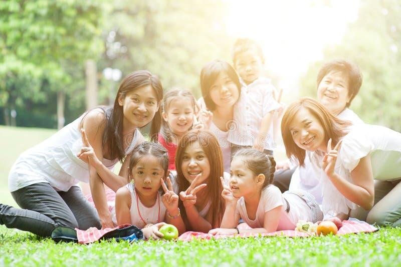 Asiatische multi Generationsfamilie draußen stockfotografie